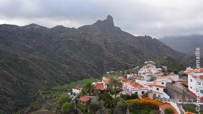 Vaizdas į Roque Bentayga uolą nuo suolelių Techedos kalnų miestelio centre