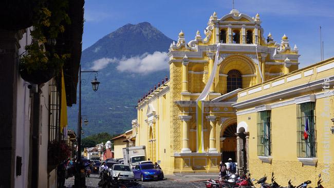 Antigva Gvatemala, gražiausias Gvatemalos miestelis, su vulkanu fone