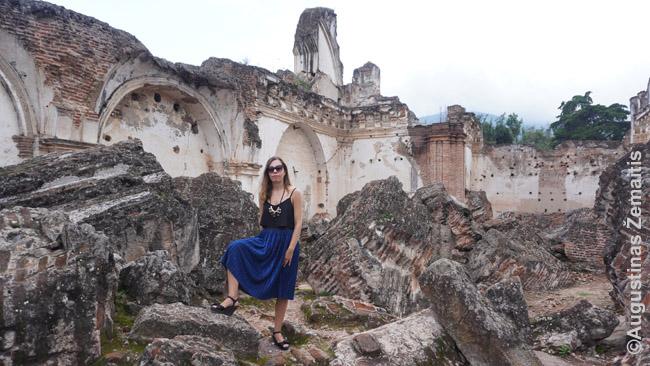 Antigva - tikros bažnyčių kapinės. Rekolekcijų vienuolyne