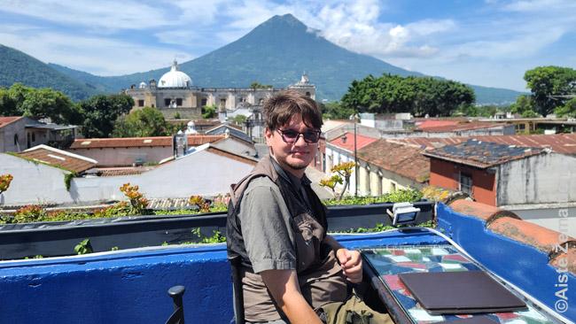 Bare ant Antigvos stogo