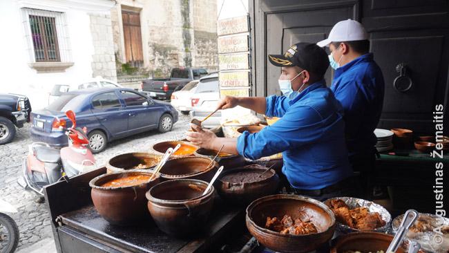 Antigvoje gaminamas tradicinis troškinys pepian