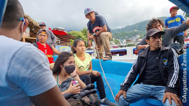 Laivelyje per Atitlano ežerą. Šis, beje, paskui sugedo - teko dreifuojant laukti atsarginio. Gerai, kad atplaukė, nes laiveliai baigia darbą anksti, prieš tamsą