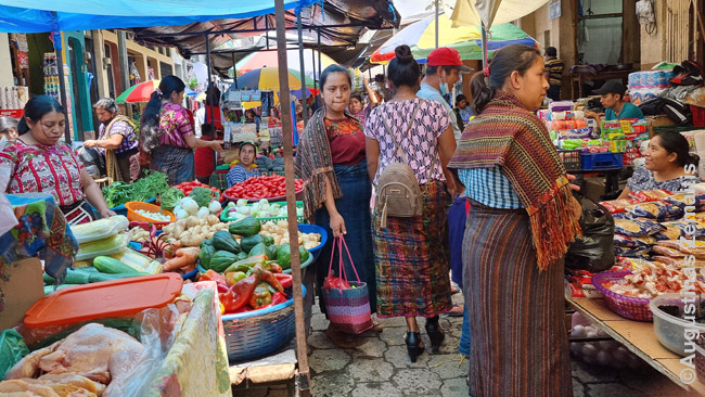 Majai tautiniais drabužiais majų turguje (Čičikastenangas)