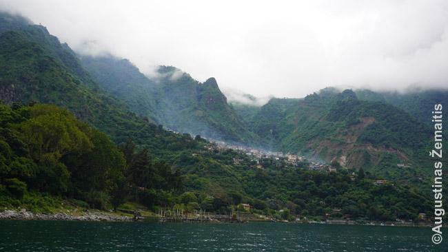 Atitlano ežero pakrantė su rūke paskendusiu Santa Kruzo kaimu