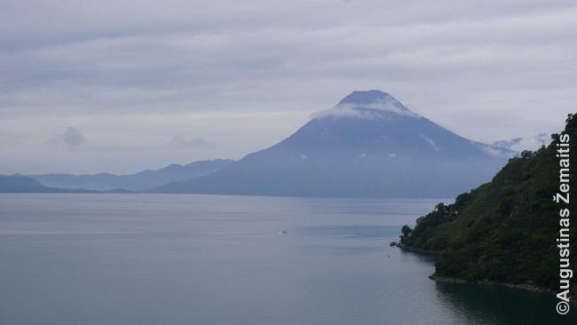 Atitlano ežero panorama su ugnikalniais