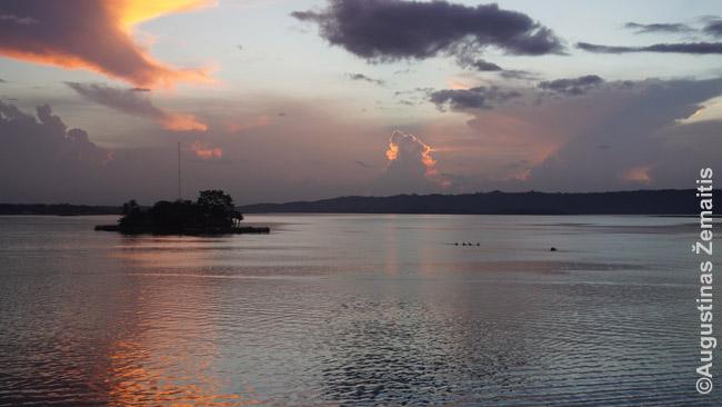 Saulėlydis virš Floreso ežero (matomas iš daugybės stogų barų ir viešbučių)