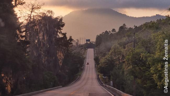Geras kelias netoli Gavtemalos miesto. Kuo arčiau Gvatemalos miestas arba Floresas, tuo keliai geresni