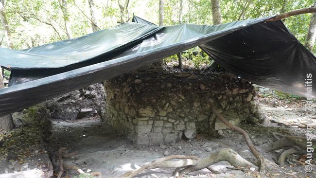 Namų pagrindų liekanos archeologiniuose kasinėjimuose