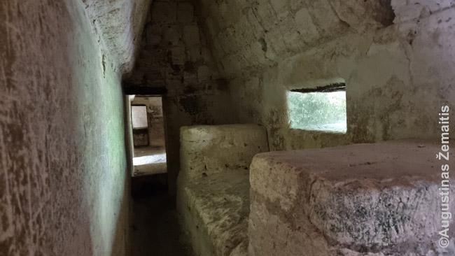 Majų pastato viduje. Majai nemokėjo statyti skliautų, todėl kambariai privalėjo būti labai siauri, kad neįgriūtų stogas - o sienos storos. Atmosfera slegia