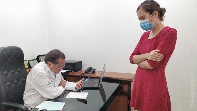 Aistė Kujabos klinikoje. Susikalbėti su daktaru padėjo portugališkai ir angliškai kalbanti pažįstama, kuriai paskambinome (Aistės telefonas - daktaro rankose)