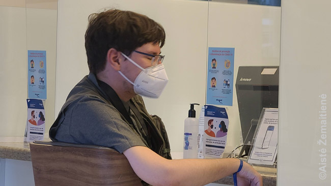 Ligoninės priimamajame Brazilijoje. Teko užpildyti paraišką medicinos kortelei ir laukti, kol pakvietė. Po tyrimų susimokėti.