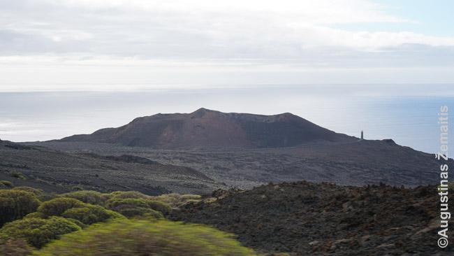 Vienas Hierro kraterių vakariniame salos krante. Pypsiukas į dešinę - Hierro švyturys