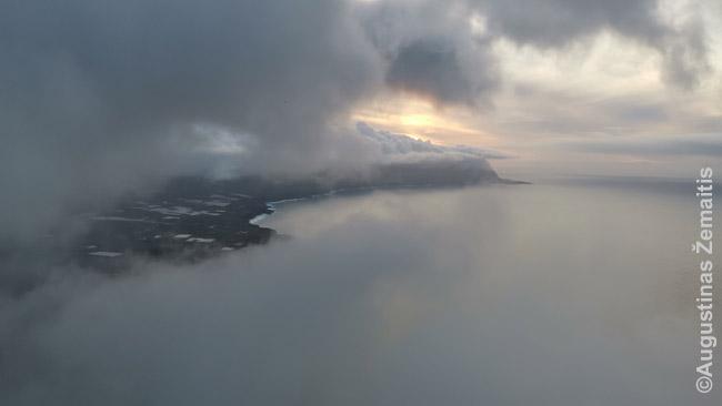 Debesyse skęstantys Hierro kalnai nuo Mirador La Pina
