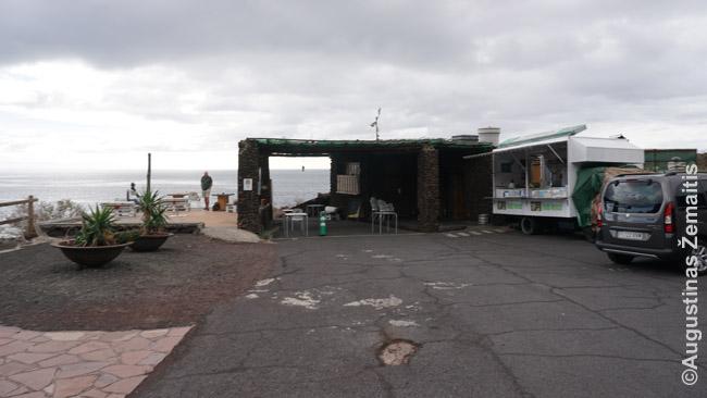 Vienišas maisto kioskas (dešinėje) - vienintelė vietinė gyvybė prie Tacoron paplūdimio