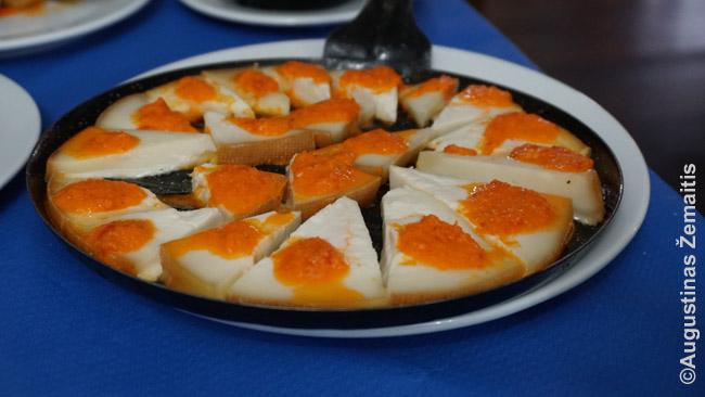 Vietinis patiekalas - sūris su raudonu padažu (mojo)