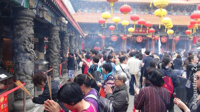 Honkongiečiai šventykloje degina smilkalus