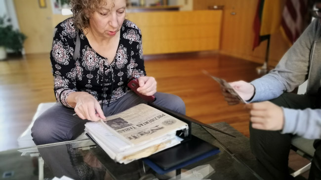 """Lyra puišytė rodo Lietuvos ambasados Vašingtone archyvo turinį. """"Reiktų kada prisėsti, susisteminti"""" - sakė"""