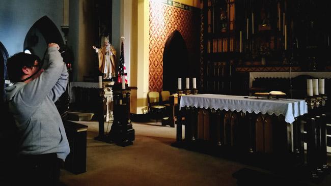 'Tikslas - Amerika' nufotografuoja kiekvieną lietuviškos vietos fragmentą ir, kaip čia bažnyčioje Elizabete, kiekvieną vitražą, altoriaus detalę. Tikimės ne tam, kad išliktų bent nuotraukos, jei lietuviškos vietos sunyktų, o tam, kad būtų priemonės sudominti turistus ir kitus žmones lietuviškomis vietomis JAV