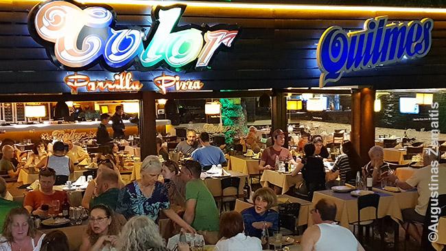 Restoranas Argentinoje. Argentinoje lauke žmonės laisvai vaikšto ir sutemus - priešingai nei Brazilijoje, kur tokių mažiau
