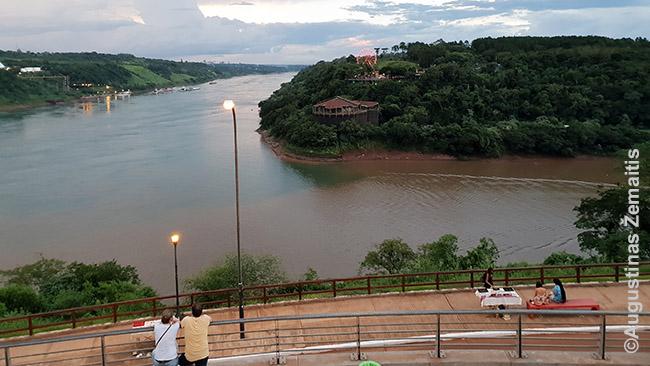 Vaizdas į Paranos (kairėje) ir Igvasu (dešinėje) upiū santaką iš Argentinos. Brazilija - priekyje dešinėje, Paragvajus - kairėje pusėje.
