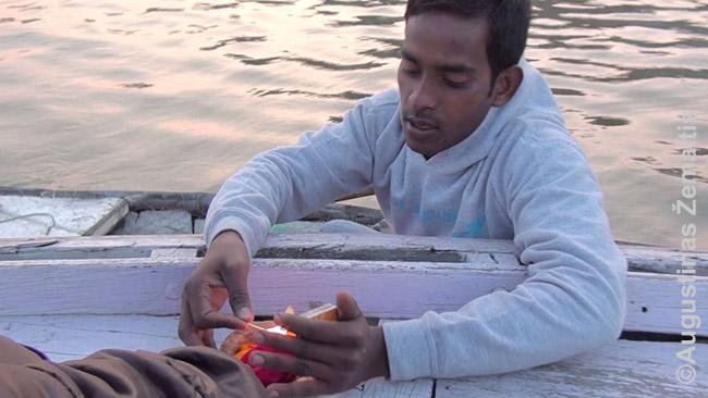 """Priplaukęs apgavikas """"dovanoja"""" žvakę Varanasyje, Indijoje"""