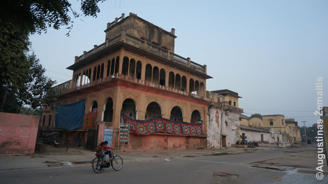 Nors fotografavau pastatą, o ne juos, šie Indijos vaikai mėgino prašyti pinigų - bet, man nereagavus, nuvažiavo