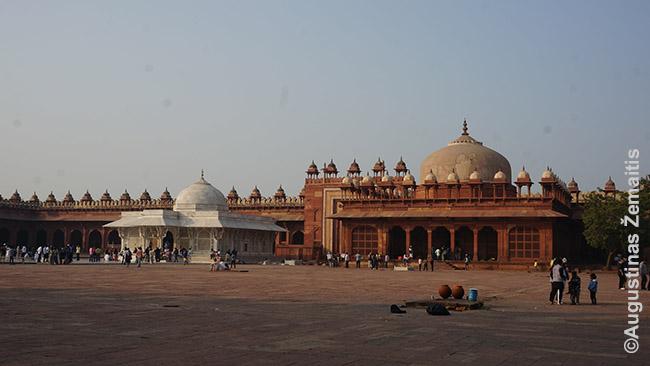 Norus neva pildantis kapas Fatehpur Sikryje - baltas pastatėlis kairėje