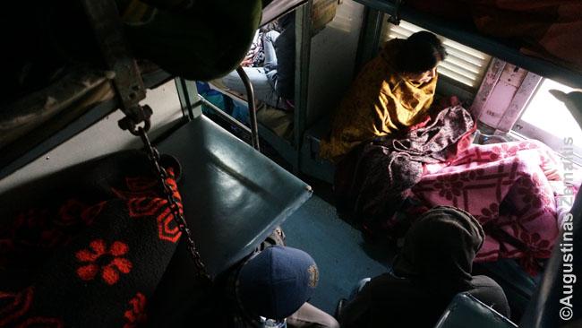 Ketvirtojoje (sleeper) Indijos geležinkelių klasėje