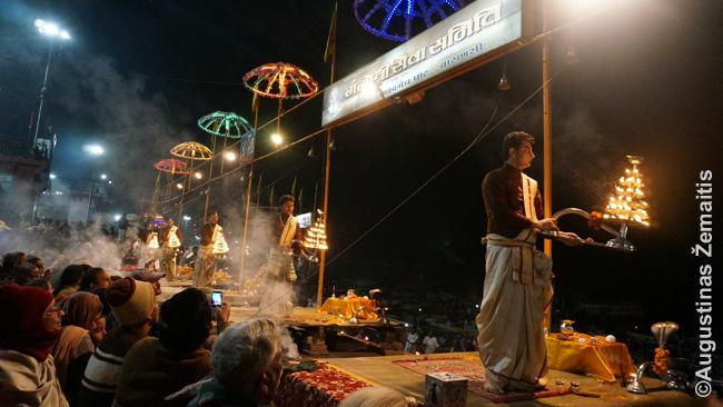 Ganga Aarthi ceremonija viename Varanasio ghatų