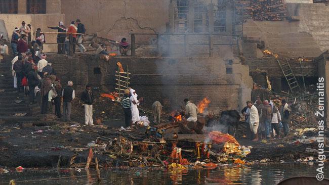 Varanasio ghate kūrenami lavonai