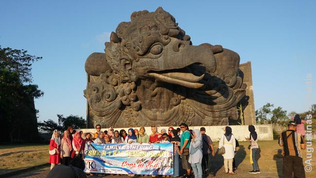 Indonezijoje itin populiaru keliauti šeimomis, giminėmis, kelionėms net pasidaromi transparantai, su kuriais visur fotografuojamasi