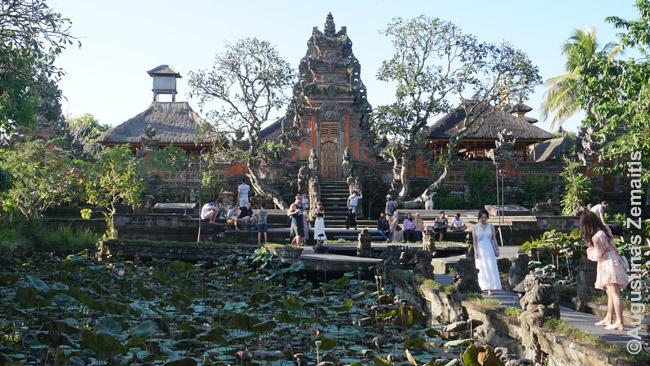 Turistai vienoje Balio šventyklų kultūrinėje salos sostinėje Ubude
