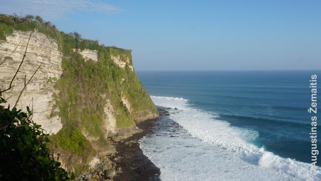Uluvatu uolos (ir serfingo mėgėjų pamiltos bangos) pietiniuose Balio krantuose