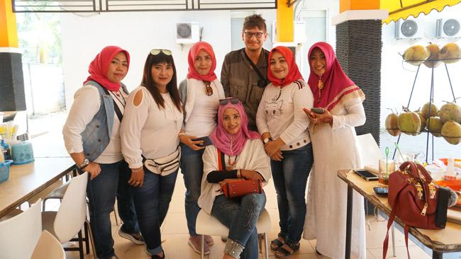Ši moterų grupelė paprašė su manimi bendros nuotraukos. Ilgai užtruko, kol buvome nufotografuoti kiekvienos iš jų telefonu, o galiausiai paprašiau dar vienos nuotraukos sau. Moteris sutikau Džakartoje, bet jos atvykusios iš Rytų Javos: dažnam tokiam Indonezijos turistui pramoga būna ne tik lankytinos vietos, bet ir baltaodžiai, kuriuos ten sutinka
