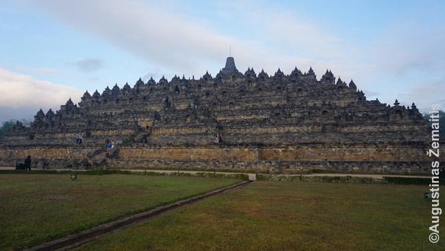 Borobudūras simbolizuoja budistinį pasaulį. Apačioje – troškimai, viduryje – kelias iki nušvitimo, viršuje – beformis Budų pasaulis, kurį žymi apvalios stupos