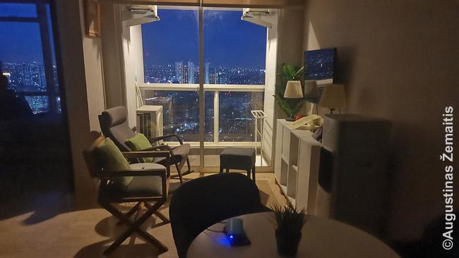 Nuostabus trijų kambarių butas Džakartos prabangiame dangoraižyje kainavo gerokai pigiau už kitus to paties pastato butus. Todėl, kad buvo naujai įrašytas į Air BnB sistemą ir dar neturėjo įvertinimų