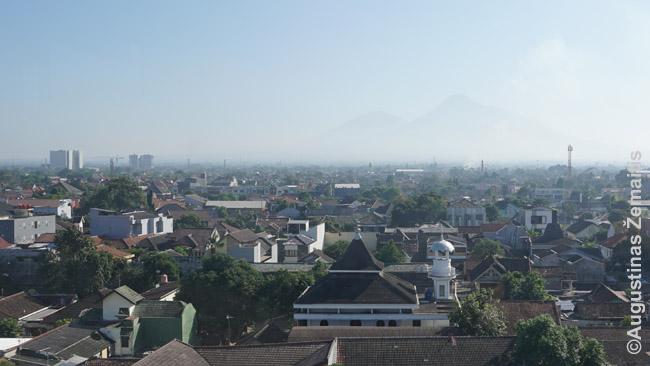 Džogjakartos miestas su Merapio vulkanu (vienu aktyviausių pasaulyje) fone