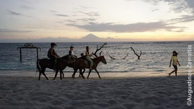 Iš Gilio salų toli horizonte regima Balio sala