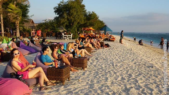 Turistai Gilyje laukia saulėlydžio - tai mėgstama pramoga daugelyje Indonezijos kurortų, nes kiekvienos salos viena pusė yra pasukta saulėlydžio kryptimi ir horizonte kitos salos ten kuria nuostabias panoramas