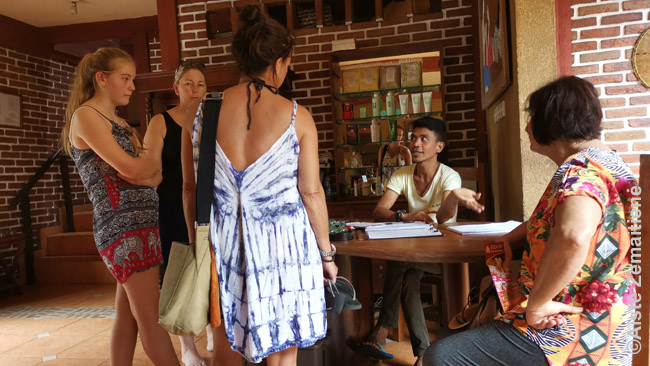 Kurortus atpažinsi pagal masažo ir spa salonus: dažnam turistui pigus masažas tapo privaloma atostogų Indonezijoje dalimi. Viename tokių turistės čia aiškinasi kainas