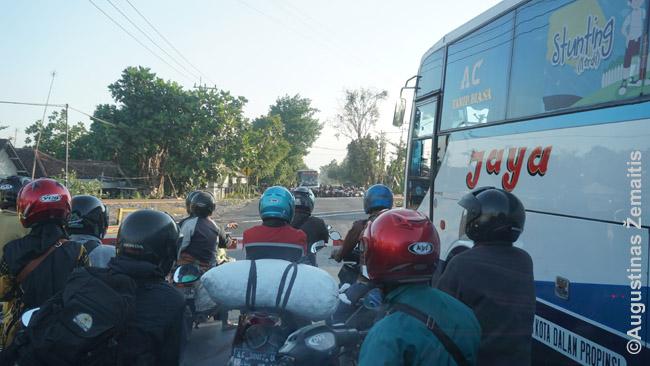 Motociklų daug kur Indonezijoje daugiau nei automobilių