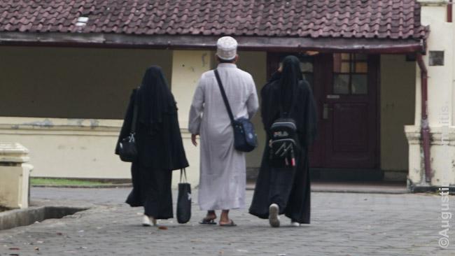 Šis musulmonas su žmona ir dukra iš Centrinio Sulavesio mane kalbino Makasaro forte. Vieni pirmųjų ko klausimų apie Lietuvą buvo kiek čia musulmonų bei kiek čia mečečių