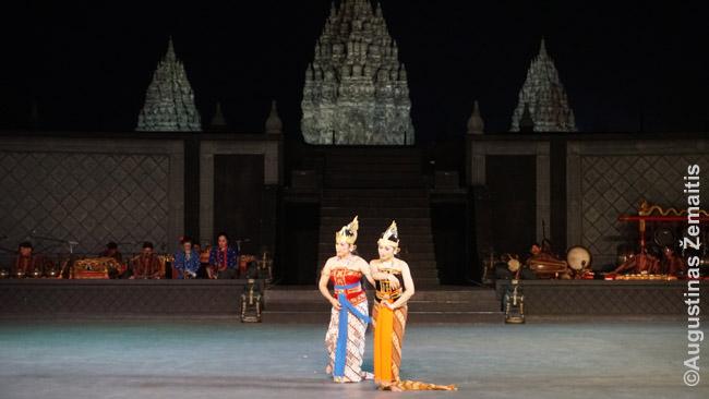 Klasikinis javietiškas 'Ramajanos baletas', o fone tūkstantmetė Prambanano šventykla prie Džogjakartos