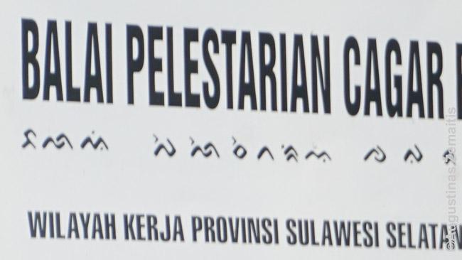 Malajų dabar rašoma lotynų raštu. Kadaise daugybė Indonezijos kalbų dar turėjo ir savo rašto sistemas - dabar senieji raštai vartojami tik simboliškai ant iškabų (pvz. šioje iškaboje matomas bugių raštas)