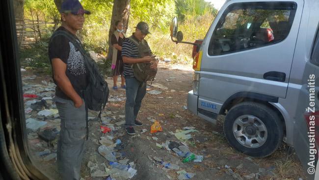 Viena šiukšlinų Indonezijos vietų kur, atrodo, šiukšlės kaupiasi metų metais (aikštelė pasienyje su Rytų Timoru)