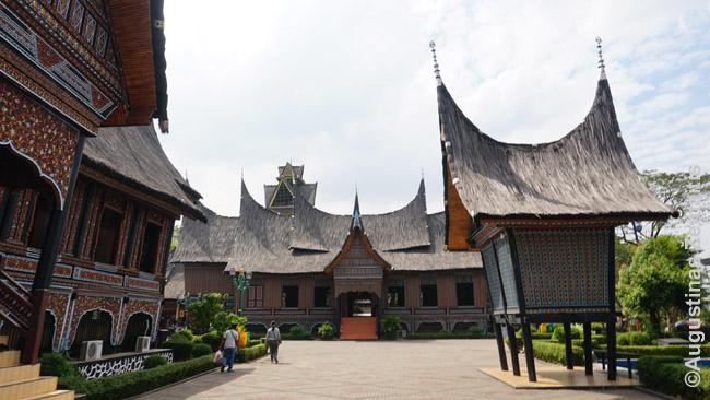 Sumatros tautinė architektūra Miniindonezijos muziejuje Džakartoje