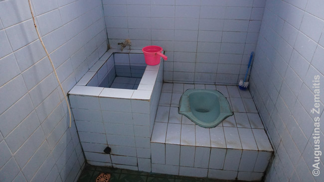 Indonezietiškas tualetas mandi, būdingas pigiausiems viešbučiams ir restoranams
