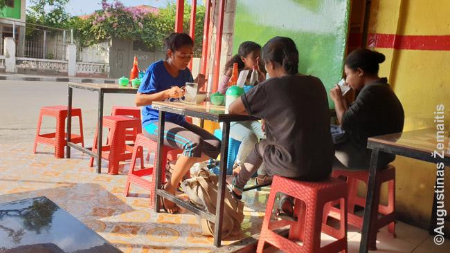 Eilinis indonezietiškos virtuvės pigus restoranas. Nuotraukoje gražesnis, nei tikrovėje, nes dar prisideda musės. Bet pavalgius čia nieko blogo neatsitiko