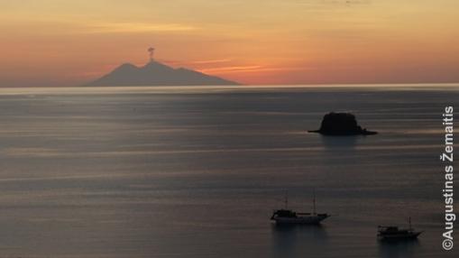 Vaizdas iš Labuan Badžo kurorto floreso saloje į jūrą. Tolimos salelės vulkanas ką tik paleido dūmų tuntą. Niekas nereaguoja. Indonezijoje tai - kasdienybė