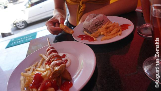 Šis greito maisto tinklas siūlo ir mėsainius (dešinėje), o taip pat dešrelę ant pagaliuko. Tokie maistai ant pagaliuko - tradicinis Indonezijos greitas maistas, siūlomas naktiniuose turguose.